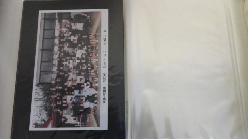 無印ポリプロピレンソフトフィルムクリアホルダーA4サイズに集合写真を縦に入れたところ