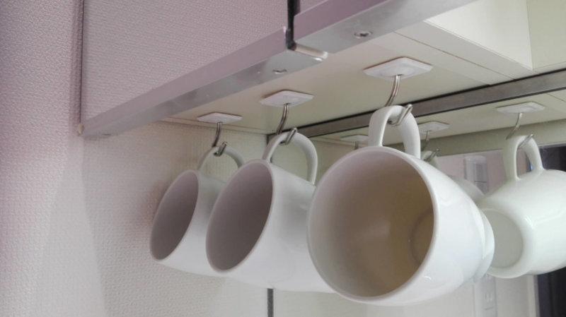 フックで吊るされた洗面所のコップ