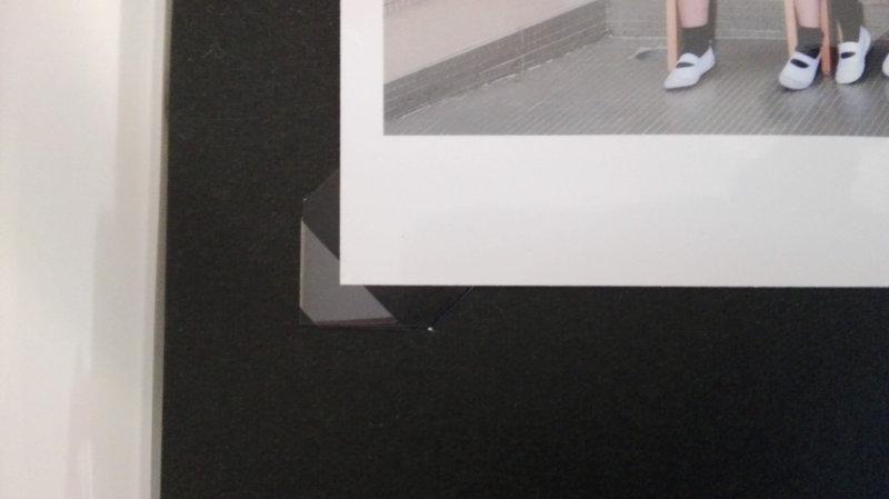 フォトコーナーシールに写真を差し込んでいるところ
