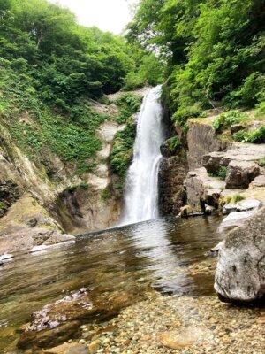 滝壺に到着し、間近で見た迫力満点の秋保大滝