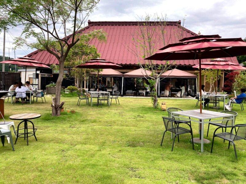 ホテル瑞鳳からすぐのところにあるカフェ「アキウ舎」の広い芝生の庭