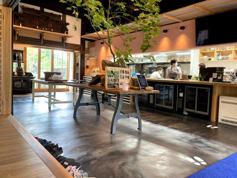 ホテル瑞鳳からすぐのところにあるカフェ「アキウ舎」のオシャレな店内