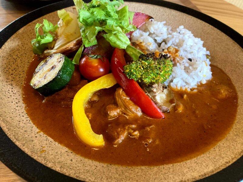 ホテル瑞鳳からすぐのところにあるカフェ「アキウ舎」の野菜たっぷり特製カレー