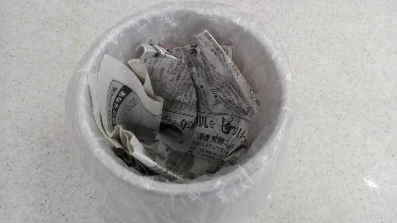 ダイソーのバケツにビニール袋と新聞紙をセットしたところ