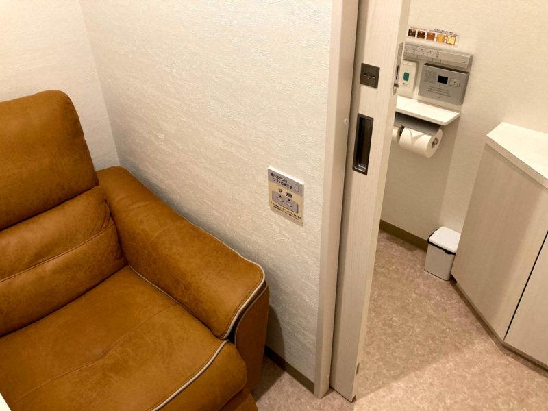 リクライニングチェアとトイレのみの病院の個室