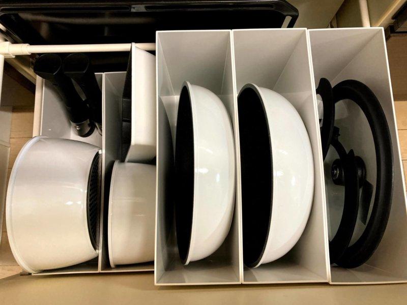 無印のファイルボックスを使ってコンロ下に立てて収納されたアイリスオーヤマのフライパンと鍋