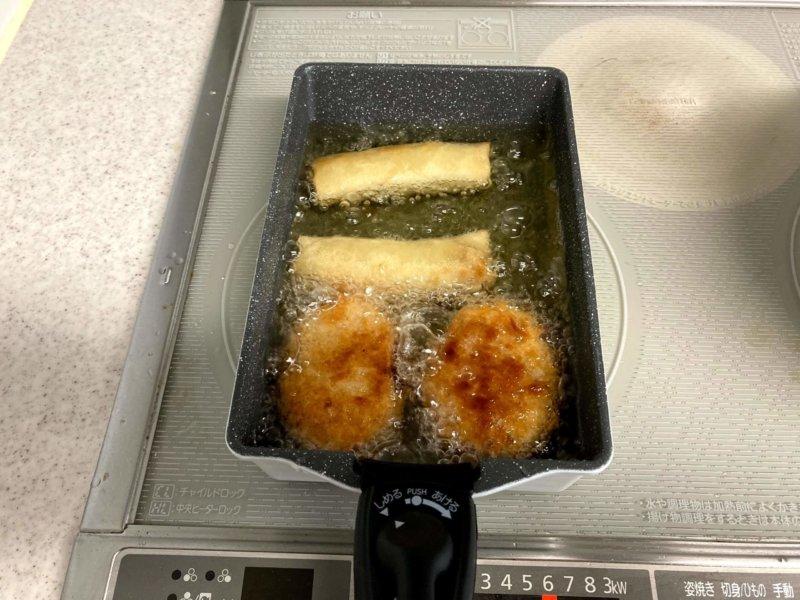 アイリスオーヤマエッグパンで揚げているコロッケと春巻き