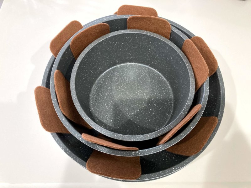 フエルト素材の収納用敷きパッドを使ってアイリスオーヤマフライパンや鍋を積み重ねたところ