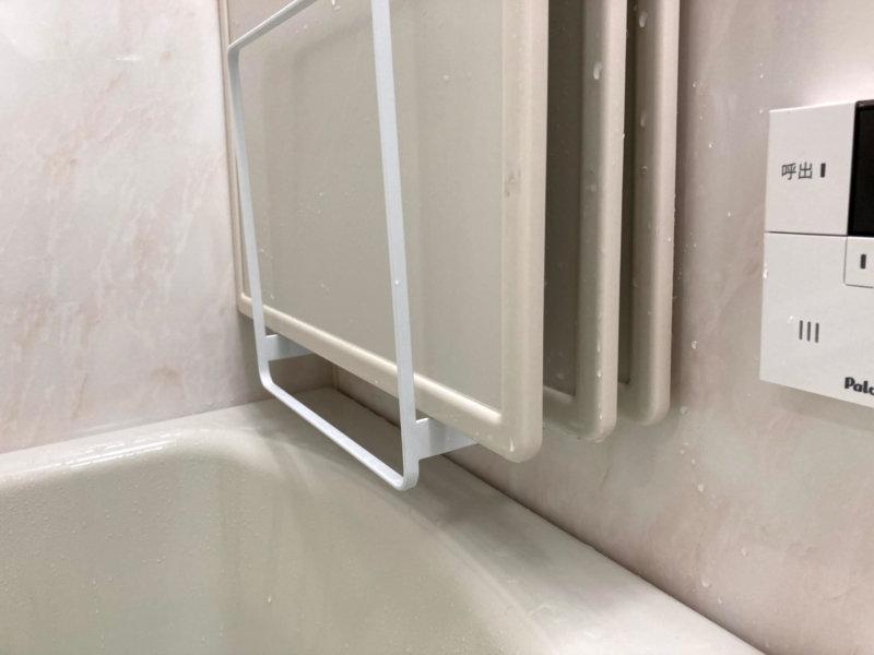 tower 風呂蓋スタンドに週のされた3枚の風呂蓋は隙間があって乾きやすい