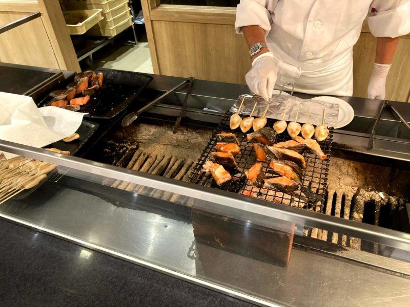 ホテル瑞鳳朝食ビュッフェの笹かまと鮭を焼いているところ