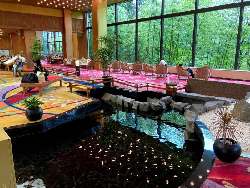 ホテル瑞鳳ロビーの池
