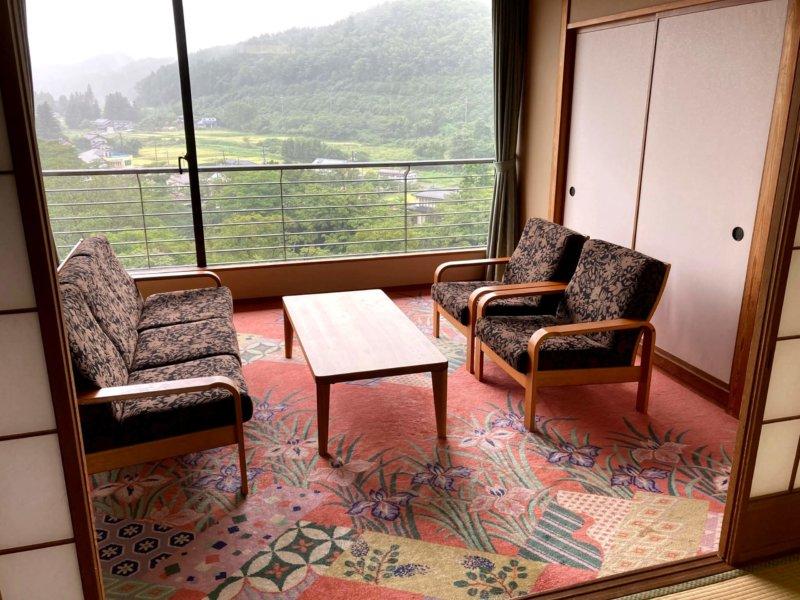 ホテル瑞鳳の客室にあるソファとテーブル