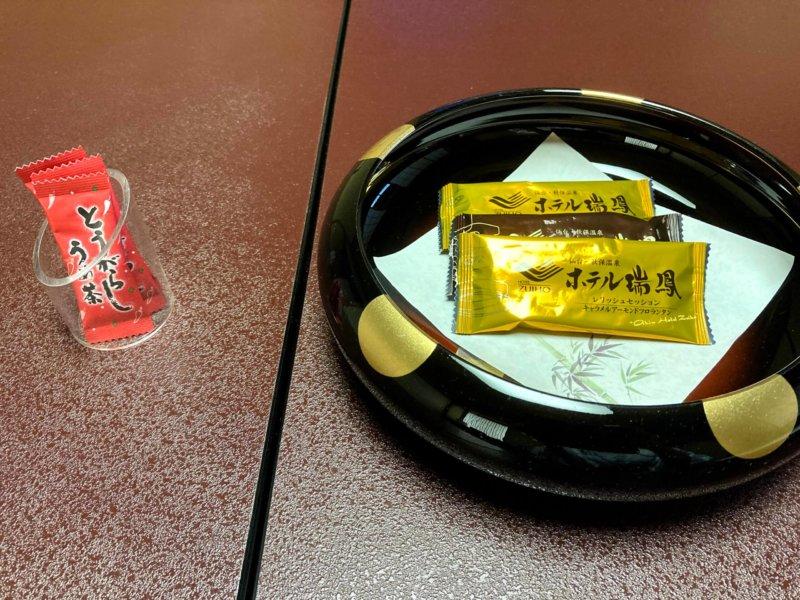 ホテル瑞鳳の客室に用意されたお茶菓子