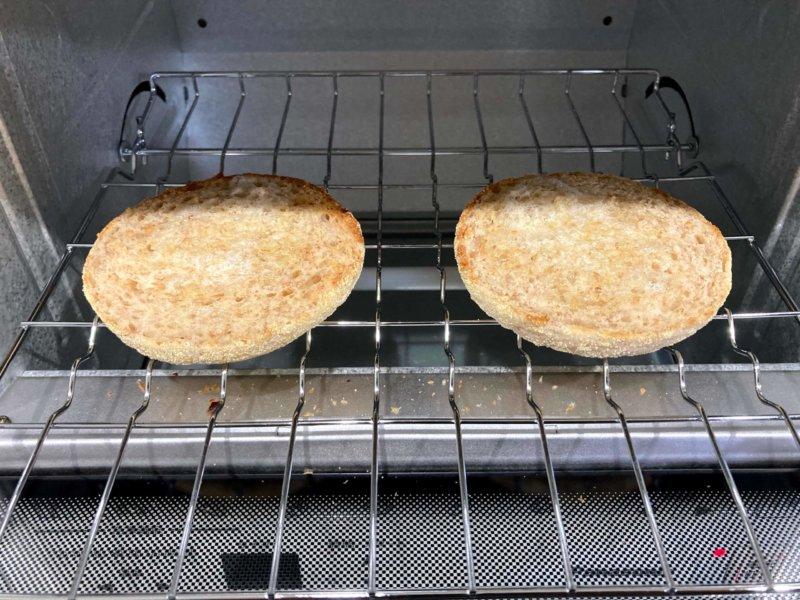 パナソニックコンパクトオーブンの冷凍機能でこんがり焼けたイングリッシュマフィン