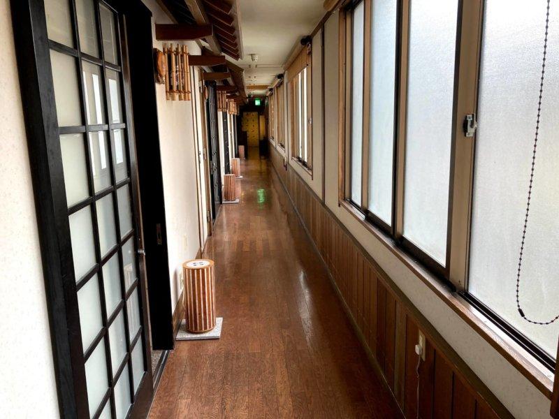 秋保温泉ホテル華乃湯山沿い露天風呂「水芭蕉の湯」に続く廊下