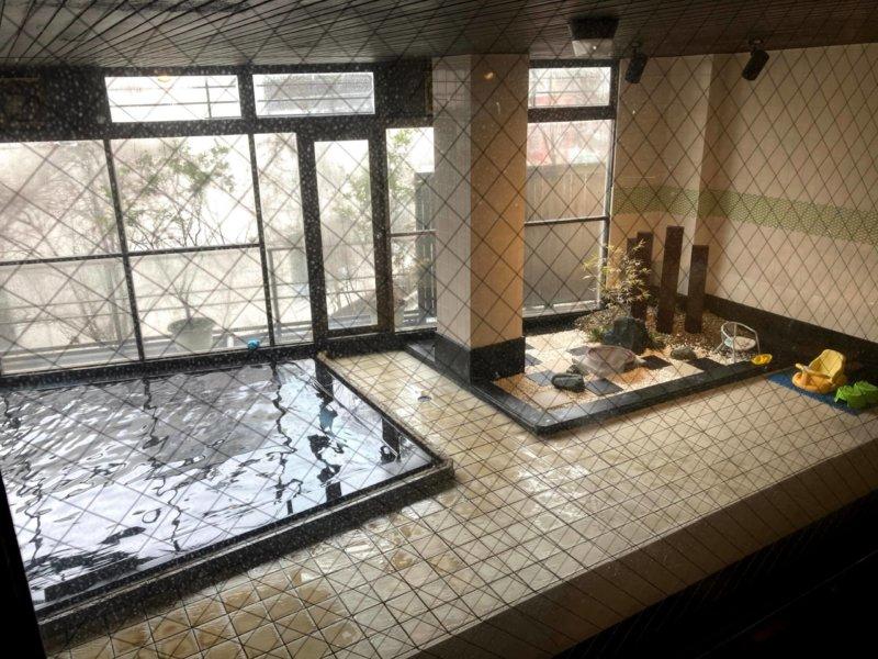 秋保温泉ホテル華乃湯内湯脱衣所小窓から見える温泉