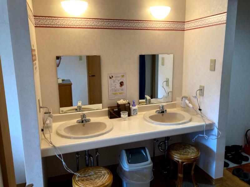 秋保温泉ホテル華乃湯山沿い露天風呂「水芭蕉の湯」洗面所