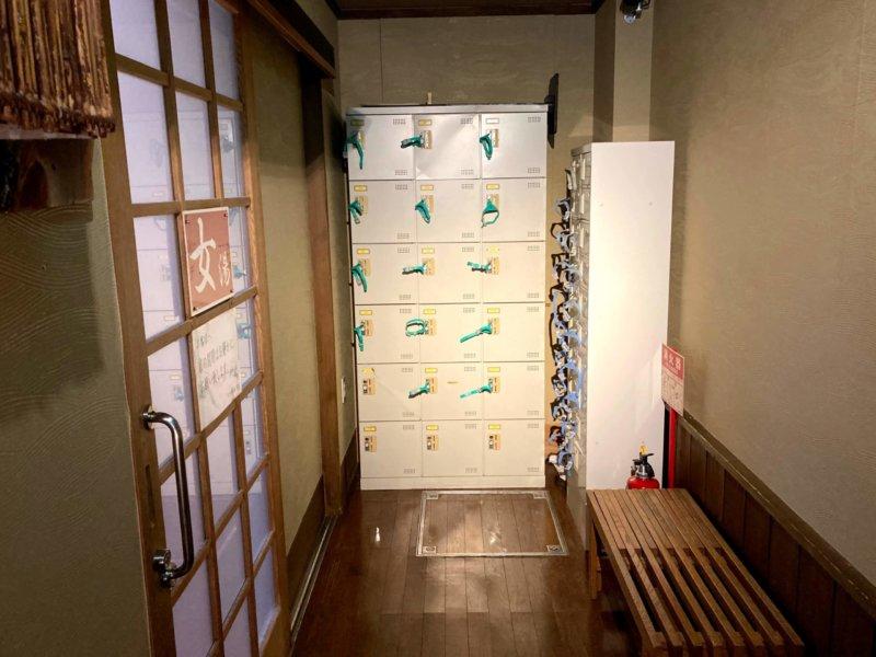 秋保温泉ホテル華乃湯山沿い露天風呂「水芭蕉の湯」の脱衣所外にある貴重品ロッカー
