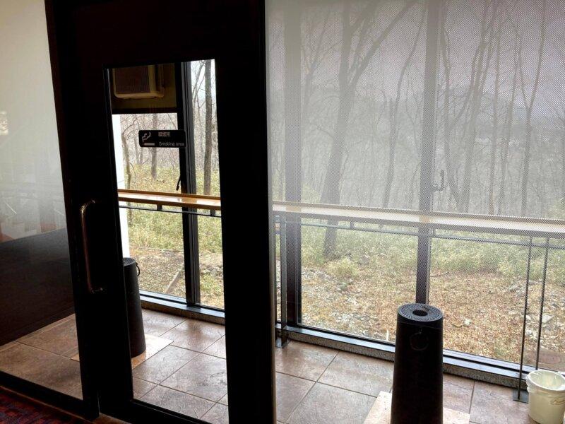 秋保温泉篝火の湯緑水亭ガラス張りの喫煙所