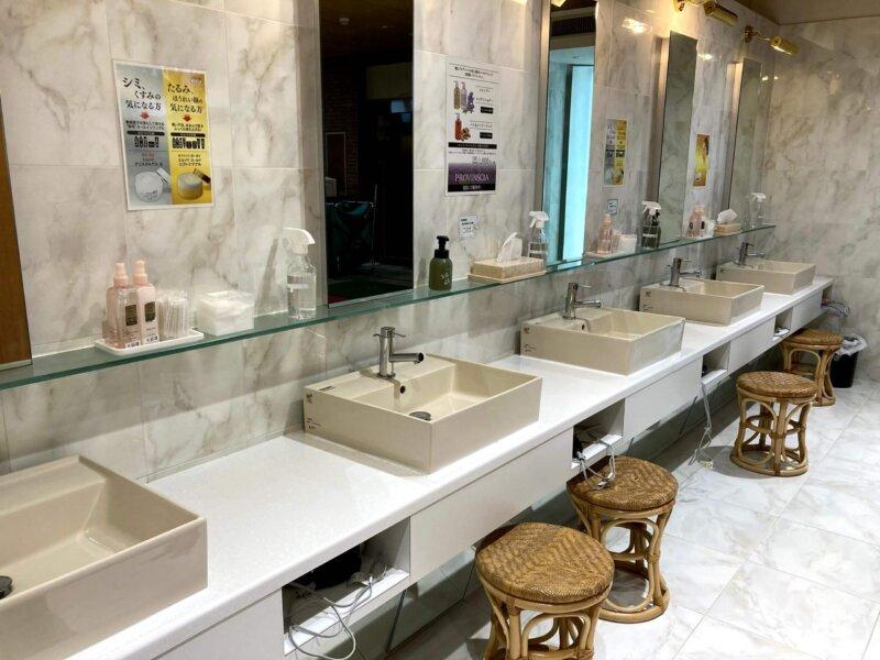 秋保温泉篝火の湯緑水亭の清潔感ある洗面所
