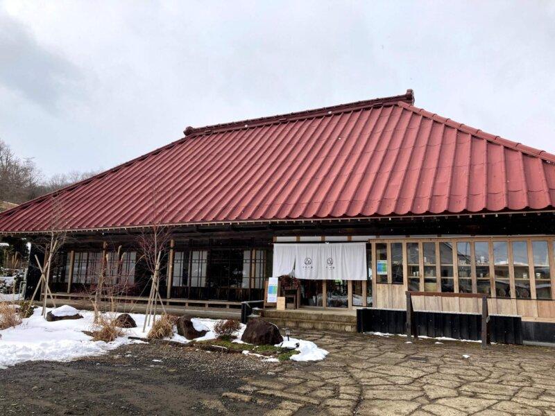 雪景色の古民家カフェ「アキウ舎」外観