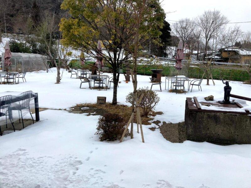 雪が積もった古民家カフェ「アキウ舎」の広い庭