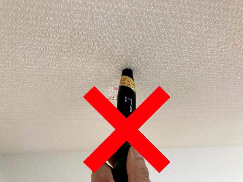 カインズ室内用物干しポールの設置に使った下地探知機の針が奥まで刺さってしまったところ