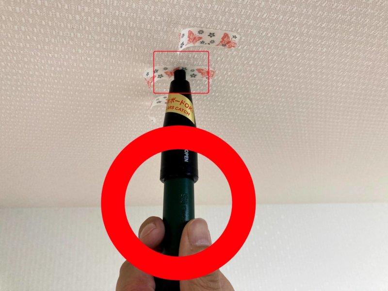 カインズ室内用物干しポールの設置に使った下地探知機の針が途中で止まったところ