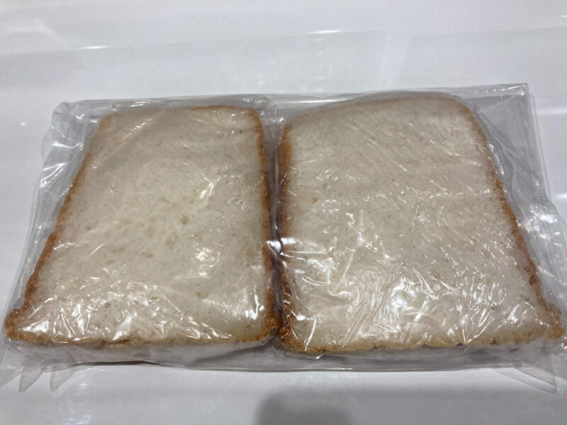 すぐに食べない米粉パンは一枚ずつラップに包みジップロックに入れて冷凍