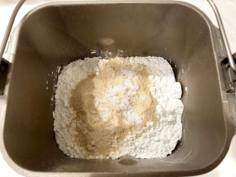 パン用米粉「ミズホチカラ」で作る米粉パンの材料をパンケースに入れたところ