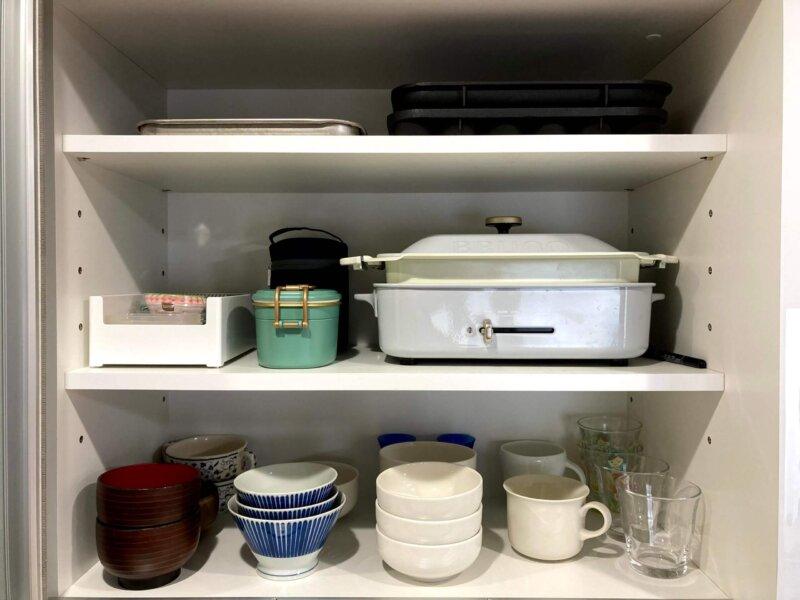 BRUNOコンパクトホットプレートも余裕で収まる我が家の食器棚