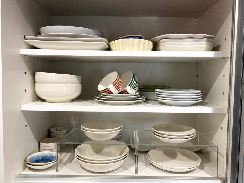 無印良品の磁器ベージュシリーズで統一された食器棚