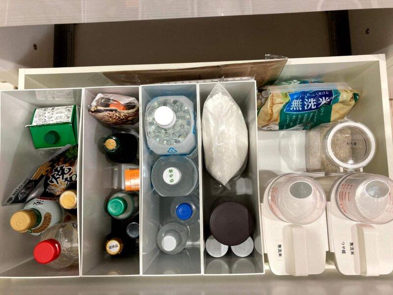 一番下の深い大容量収納にはボトル類や米などを収納