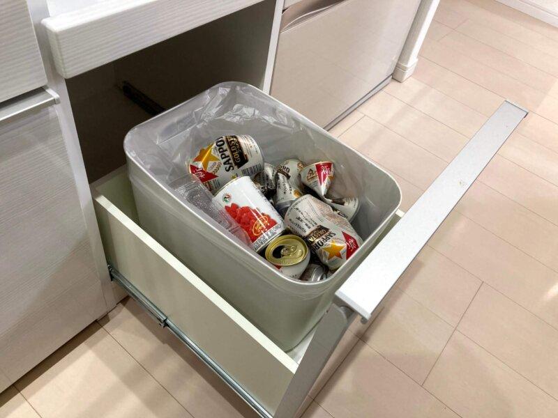 深い引き出しのひとつは資源ゴミ用ゴミ箱スペースとして活用