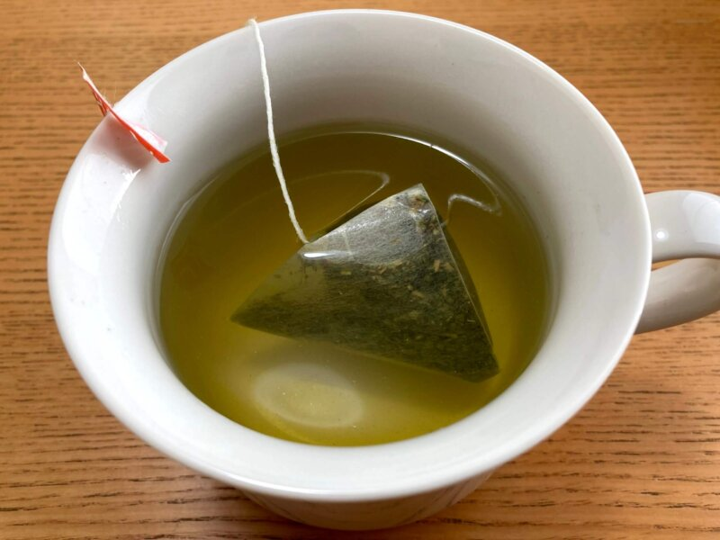 もう少しティーバックを振って濃いめのべにふうき緑茶を作ったところ