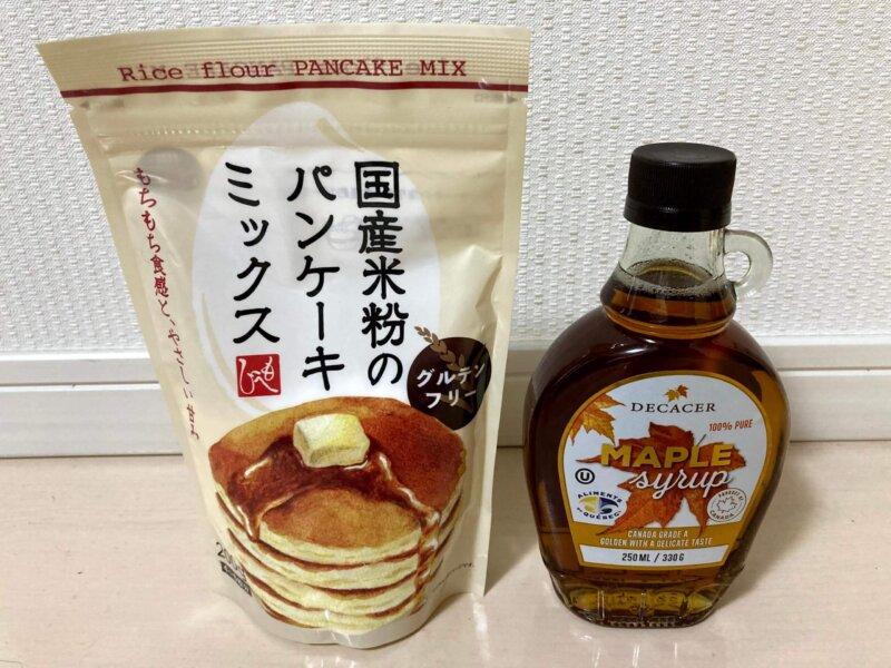 カルディ「国産米粉のパンケーキミックス」パッケージとメイプルシロップ