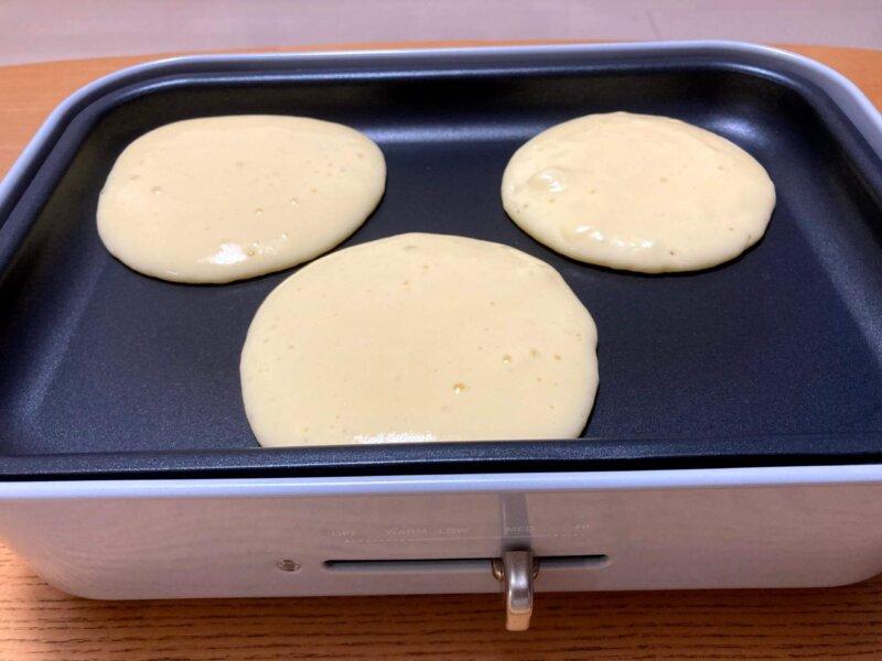 ホットプレートで小さめのパンケーキ3枚を焼いているところ