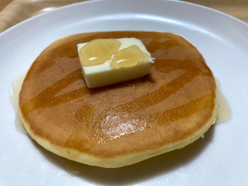 カルディ「国産米粉のパンケーキミックス」で焼けたパンケーキにバターとメイプルシロップをたっぷりかけたところ