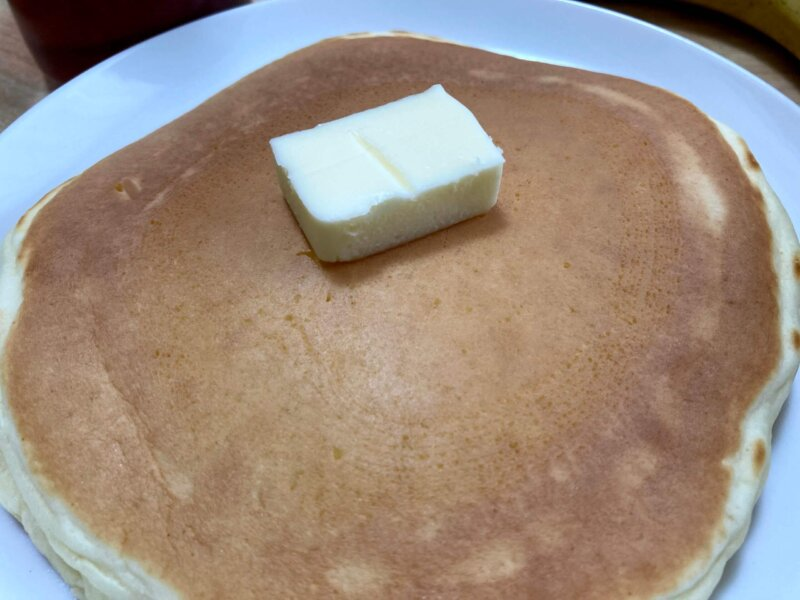焼きあがった無印良品「自分でつくる米粉のパンケーキ」にバターを乗せたところ