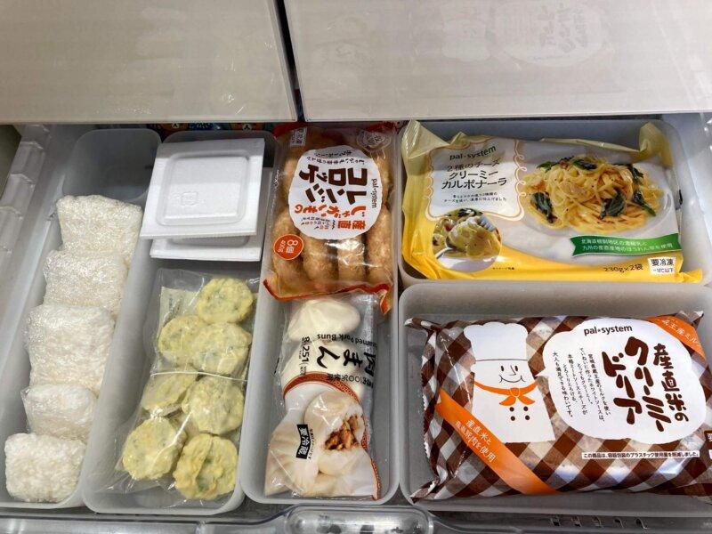 冷凍室上段に娘が良く食べる冷凍食品を探しやすいように収納したところ