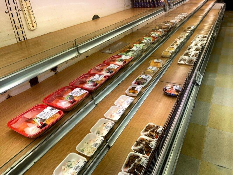 秋保の超有名店「主婦の店さいち」の惣菜コーナー。夕方に入ったら棚がガラガラ…
