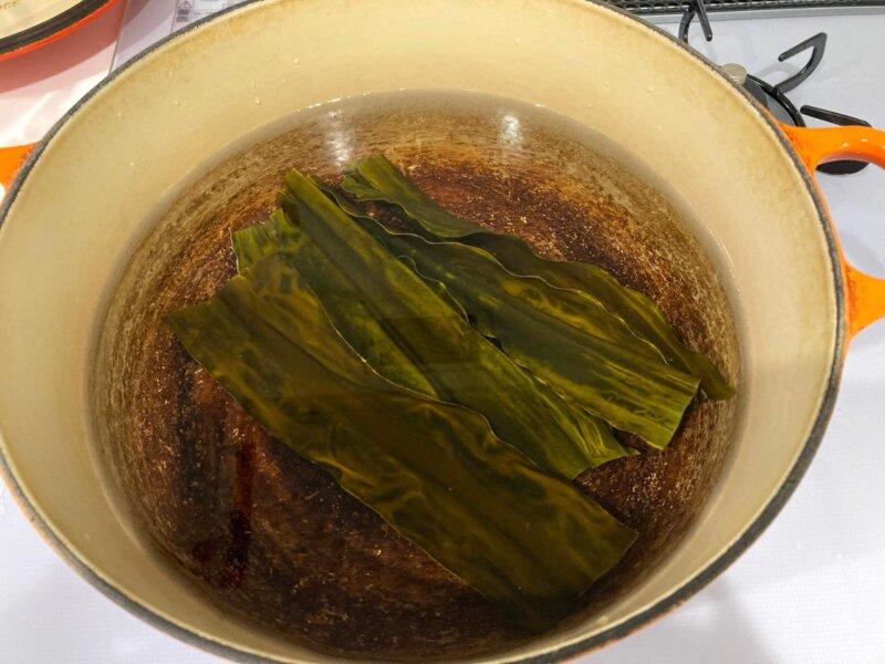 『梅流し』用鍋に水と昆布を入れたところ
