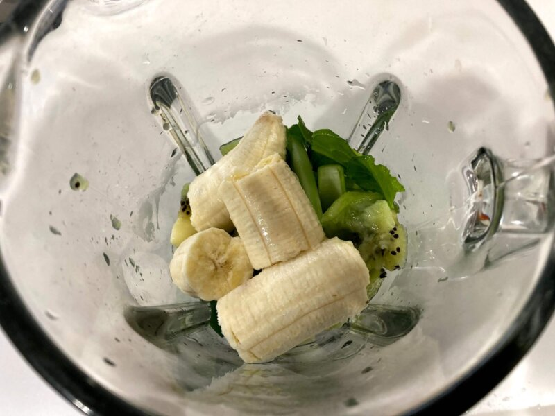 プチ断食中昼食用スムージーの材料をミキサーに入れたところ