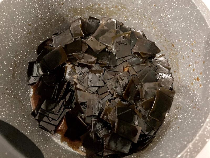 『梅流し』用出汁を取った後の昆布を調味料で煮詰めて塩昆布を作っているところ