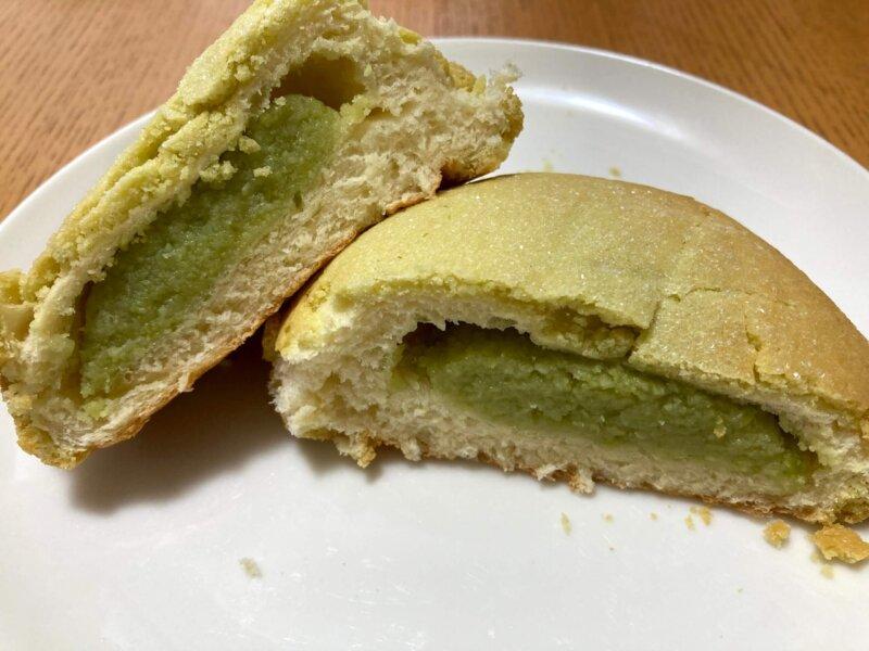 パン工房「パンセ」松島店のずんだメロンパン断面(ずんだがぎっしり)