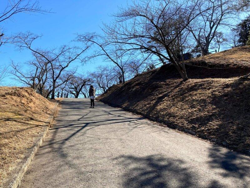 「西行戻しの松公園」展望台へ続く坂道