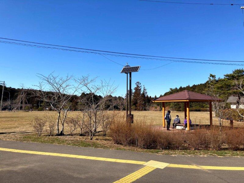 「西行戻しの松公園」内芝生の広場