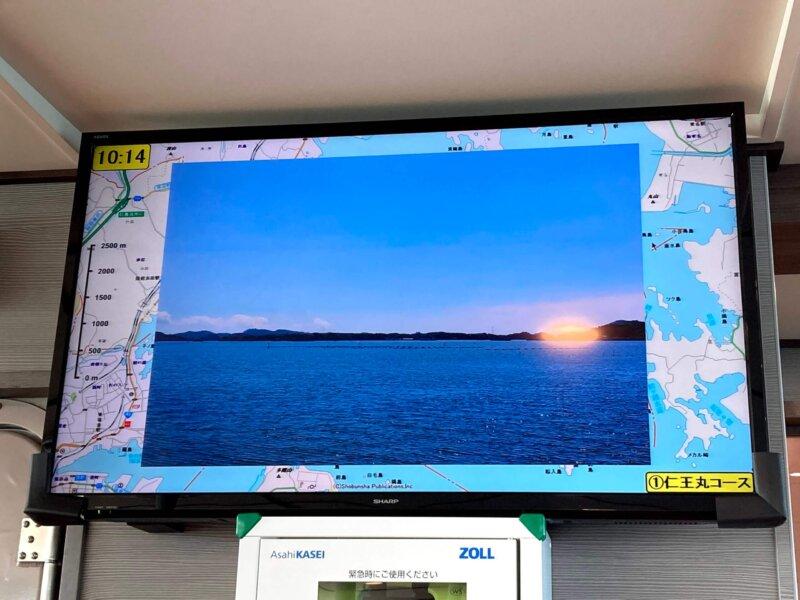 松島島巡り観光船『仁王丸』船内の大画面