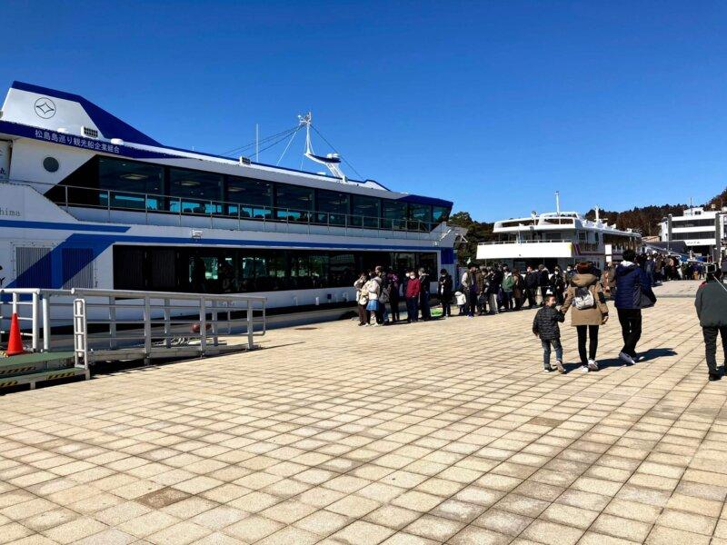 松島島巡り観光船『仁王丸』乗船待ちの行列