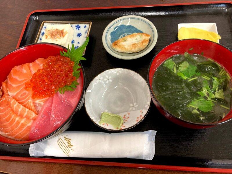 『漁師の海鮮丼』マグロ・サーモン・イクラの三食丼